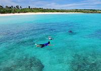 渡口(とぐち)の浜:珊瑚礁で遊ぶ子供たち