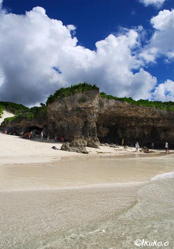 ビーチと入道雲