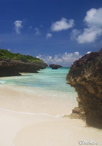 琉球石灰岩に囲まれたビーチ
