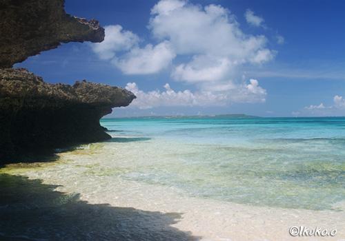 琉球石灰岩とビーチ