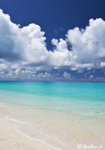 ビーチの上を通り過ぎる夏雲