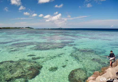 珊瑚礁の海と釣りをする少年