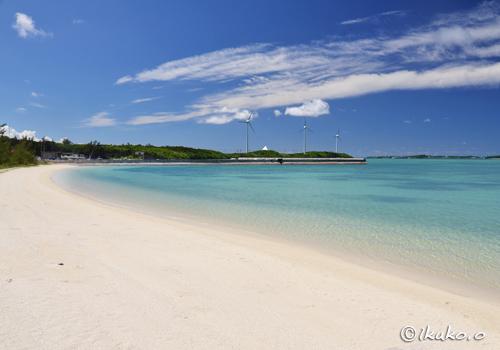 風車の見えるビーチ