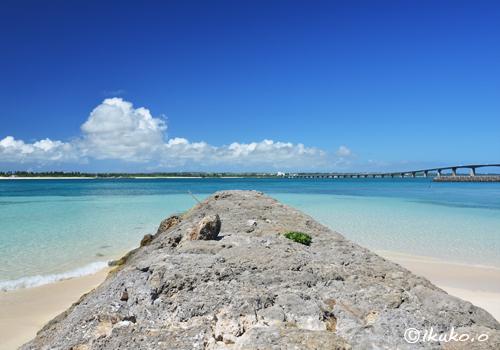 防波堤の先の青い海