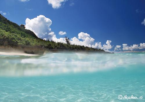 透き通った海中と夏空