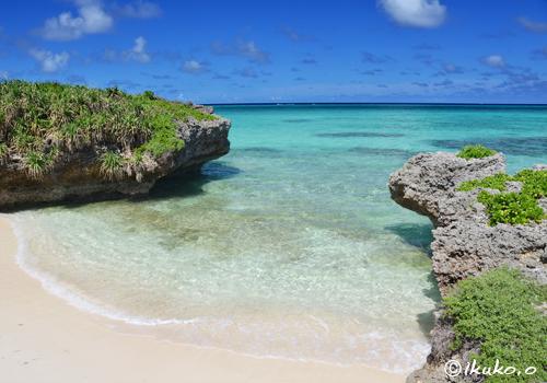 小さな浜に寄せる波