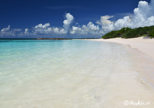 エメラルドの海と白い砂浜