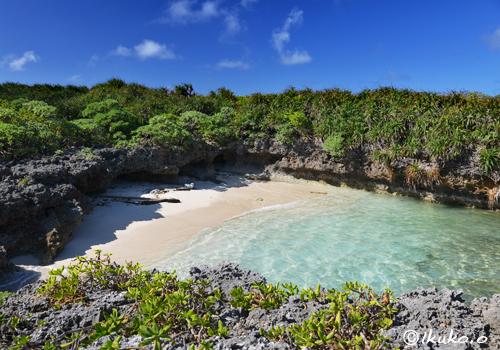 岩に囲まれた小さな浜