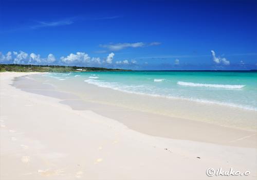 白い砂浜と打ち寄せる波