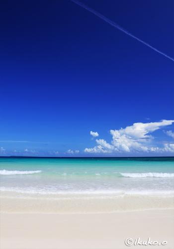 真っ白な砂浜と青い海と空