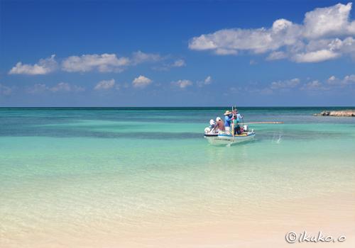 ビーチを出て行く漁船