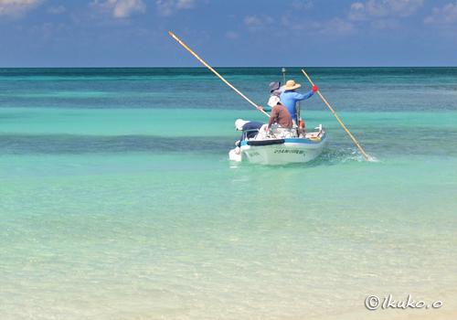青い海と漁船