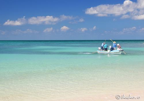 青い海に浮かぶ漁船