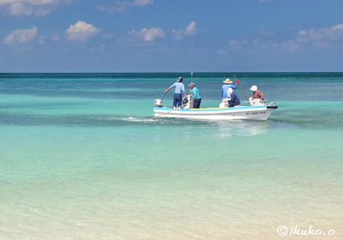 真っ青な海と海人たち