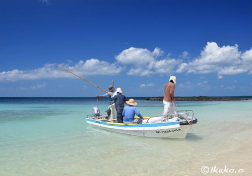 ビーチに現われた漁船