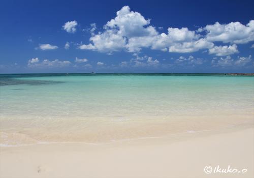 昼下がりの静かなビーチ