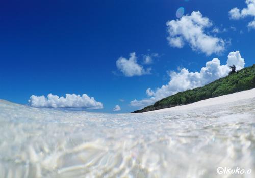 波と真夏の青空