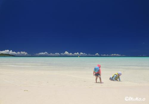 前浜ビーチで遊ぶ子供