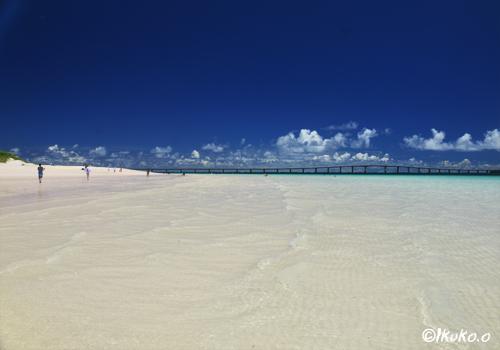 前浜ビーチに打ち寄せる波