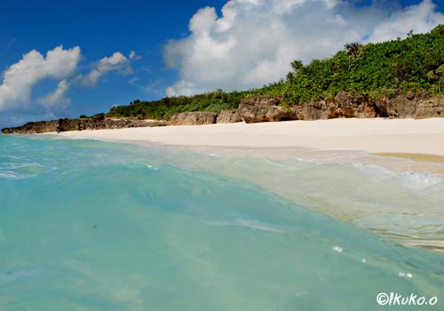 青い波と砂浜