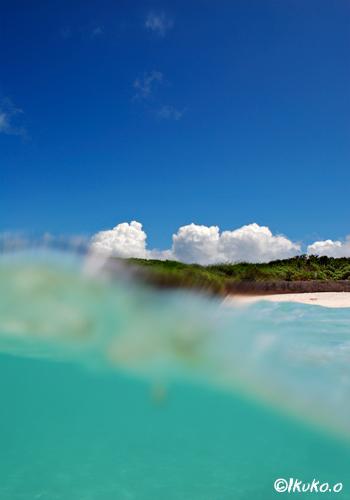 ビーチの青い空と入道雲