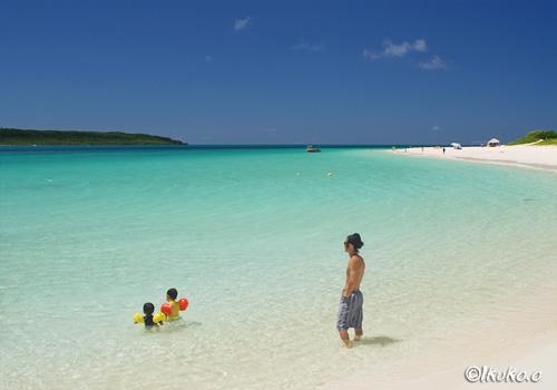 前浜ビーチで遊ぶ親子