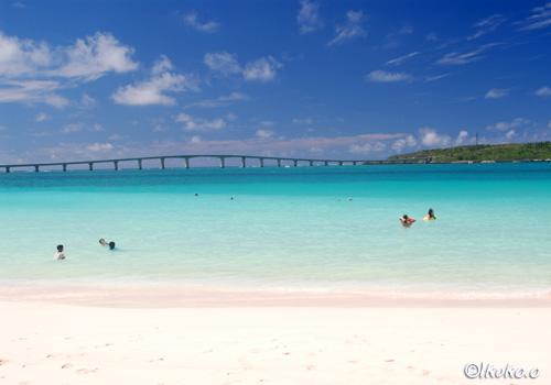 前浜ビーチと来間大橋