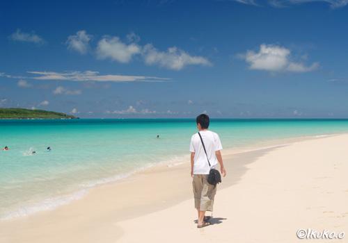 砂浜を歩く少年