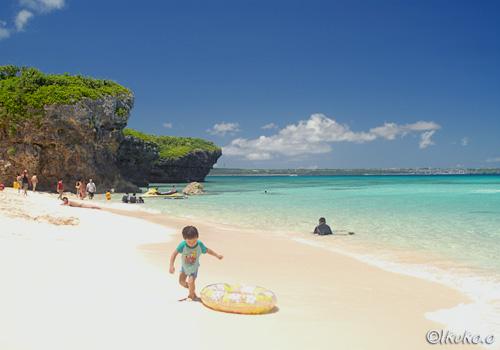 ビーチで遊ぶ子供