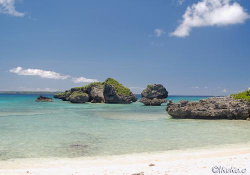 ビーチに点在する奇岩