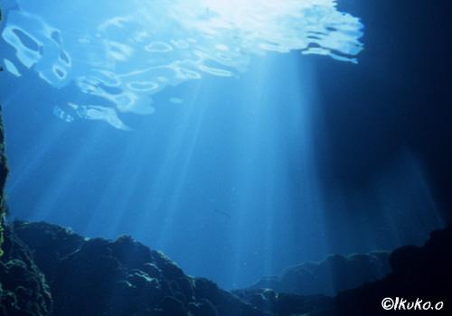 青く輝く光