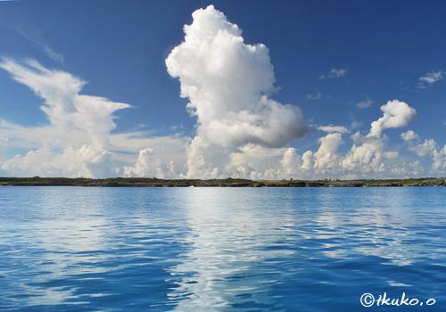 海面に映る夏雲