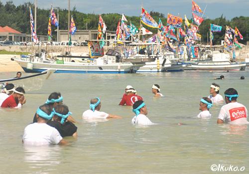 海で身体を冷やす漕ぎ手たち