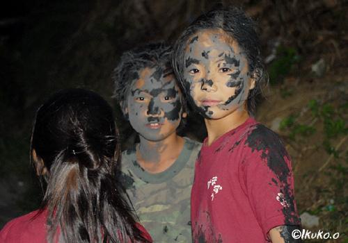 泥まみれの子供たち
