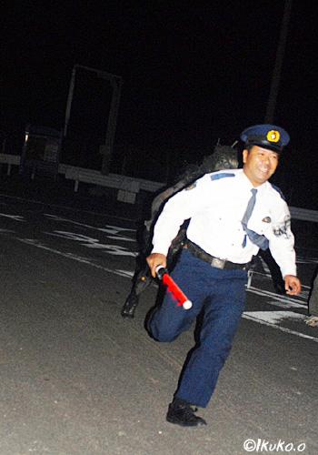 逃げる警官