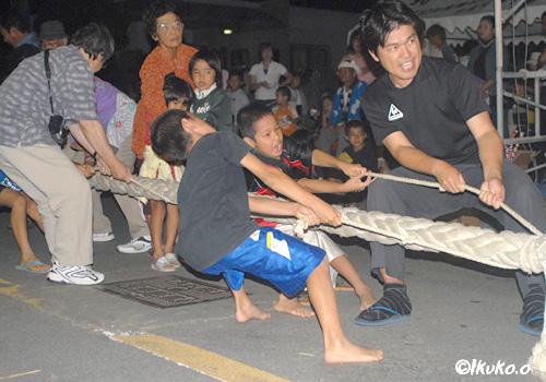 綱を引く子供たち