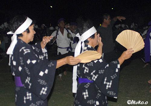 くば扇を手に踊る女たち