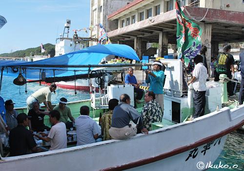 漁船の上の酒宴