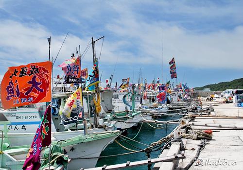大漁旗でおめかしをした漁船