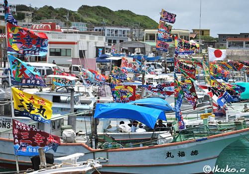 漁港を埋め尽くす大漁旗