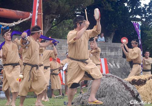 獅子を囲む踊り手たち