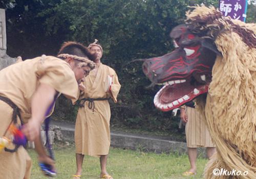 獅子と向き合う踊り手