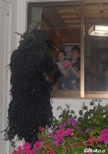 窓越しにおびえる赤ちゃん
