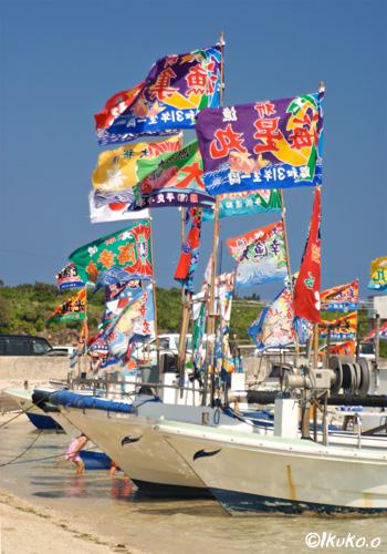 ビーチに勢揃いした漁船