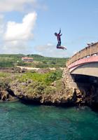 橋の上からのジャンプ