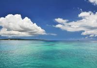 海の上に浮かぶ夏雲