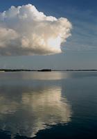 海面に映る雲