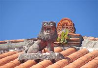 赤瓦屋根とシーサー