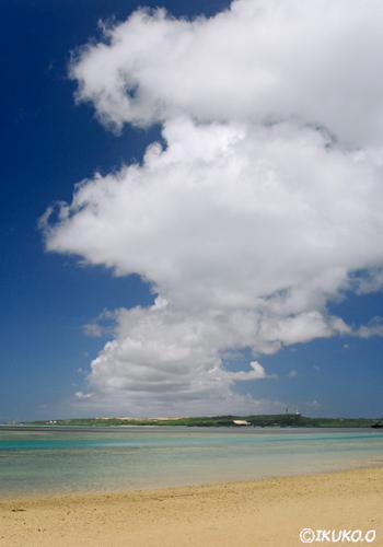 伊良部島へのびる雲