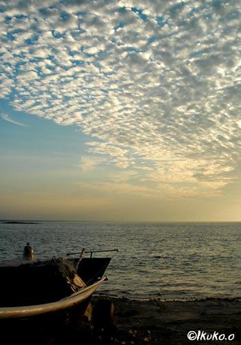 うろこ雲とサバニ